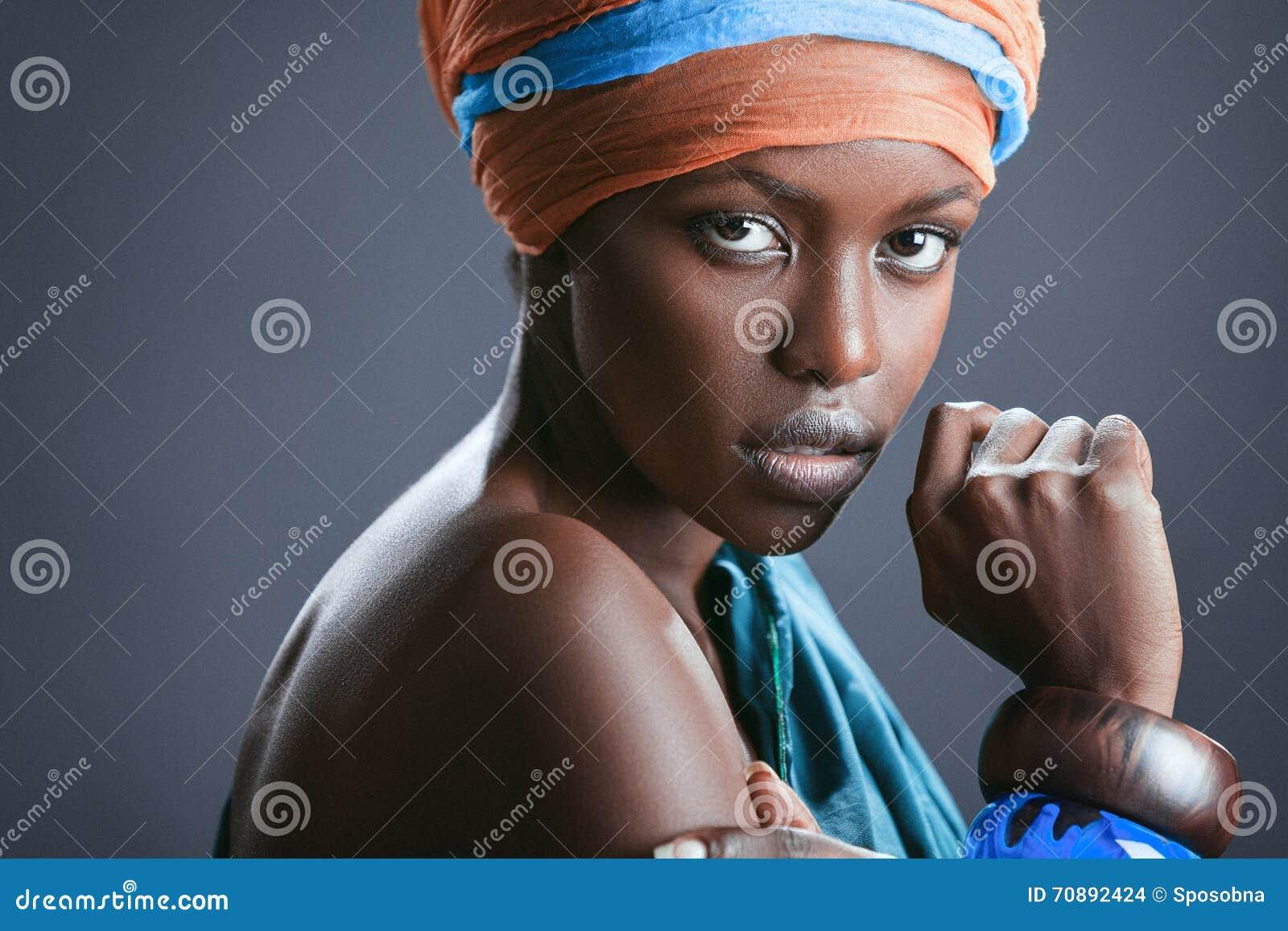 美丽的黑人妇女的时尚画象