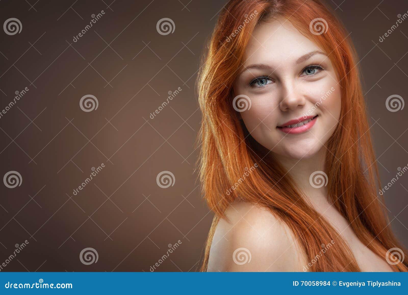 美丽的头发的红色妇女年轻人