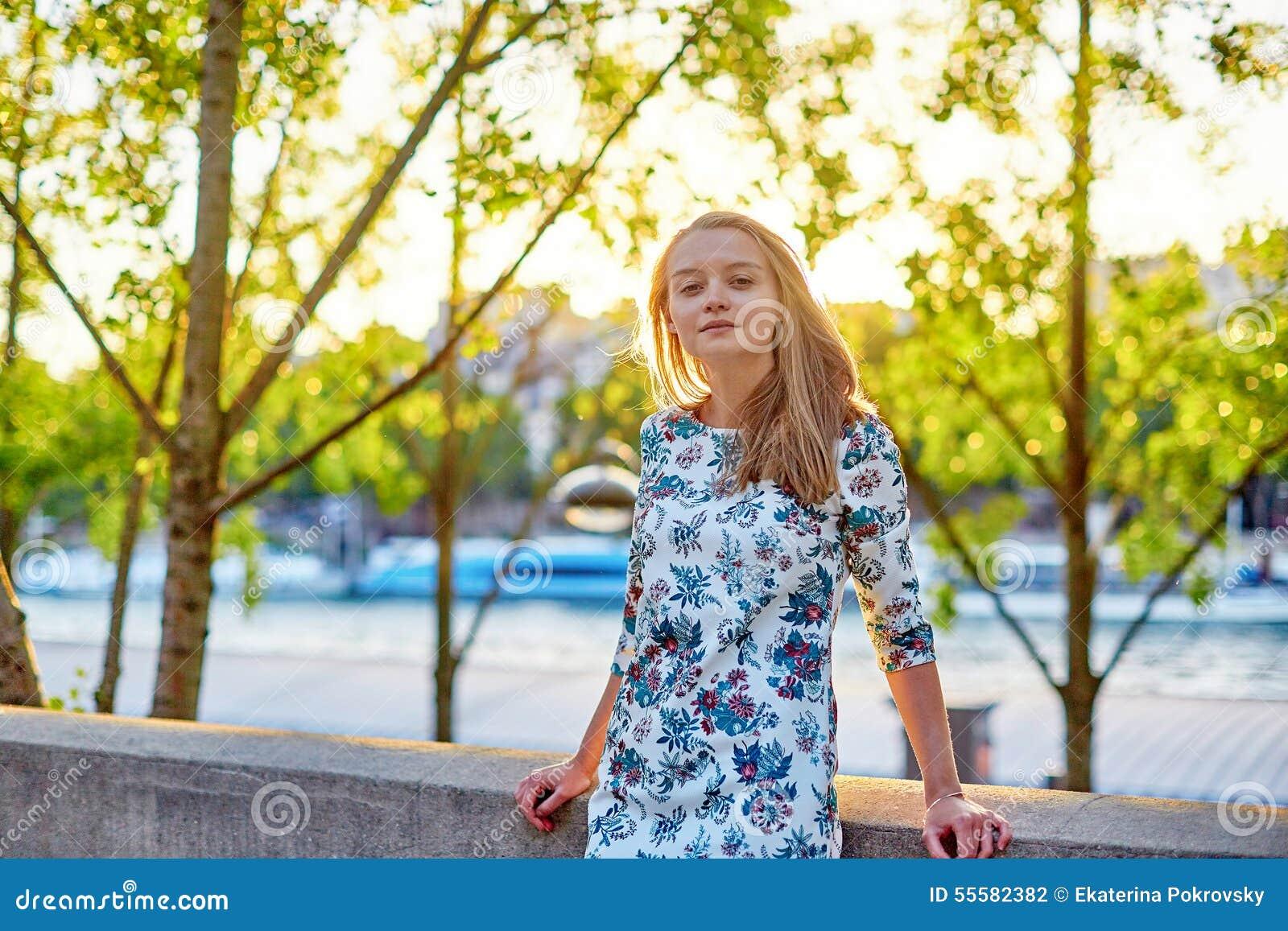 美丽的巴黎妇女年轻人