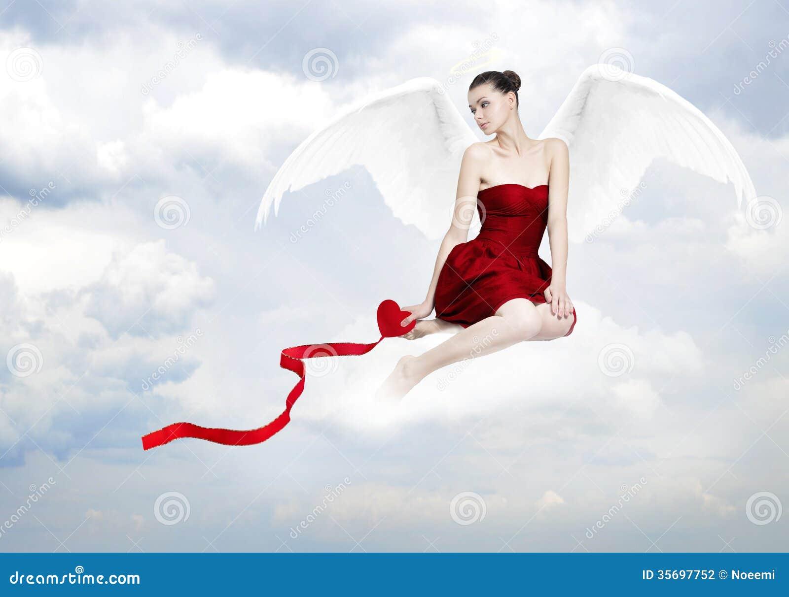 美丽的年轻深色的妇女当爱天使