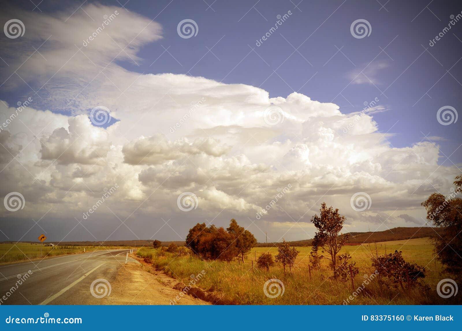 美丽的cloudscape和风暴在路通过乡下