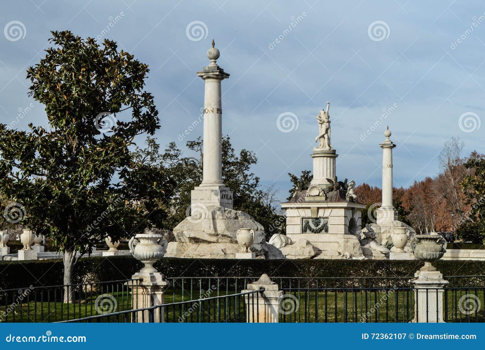 美丽的colums和雕象在西班牙公园