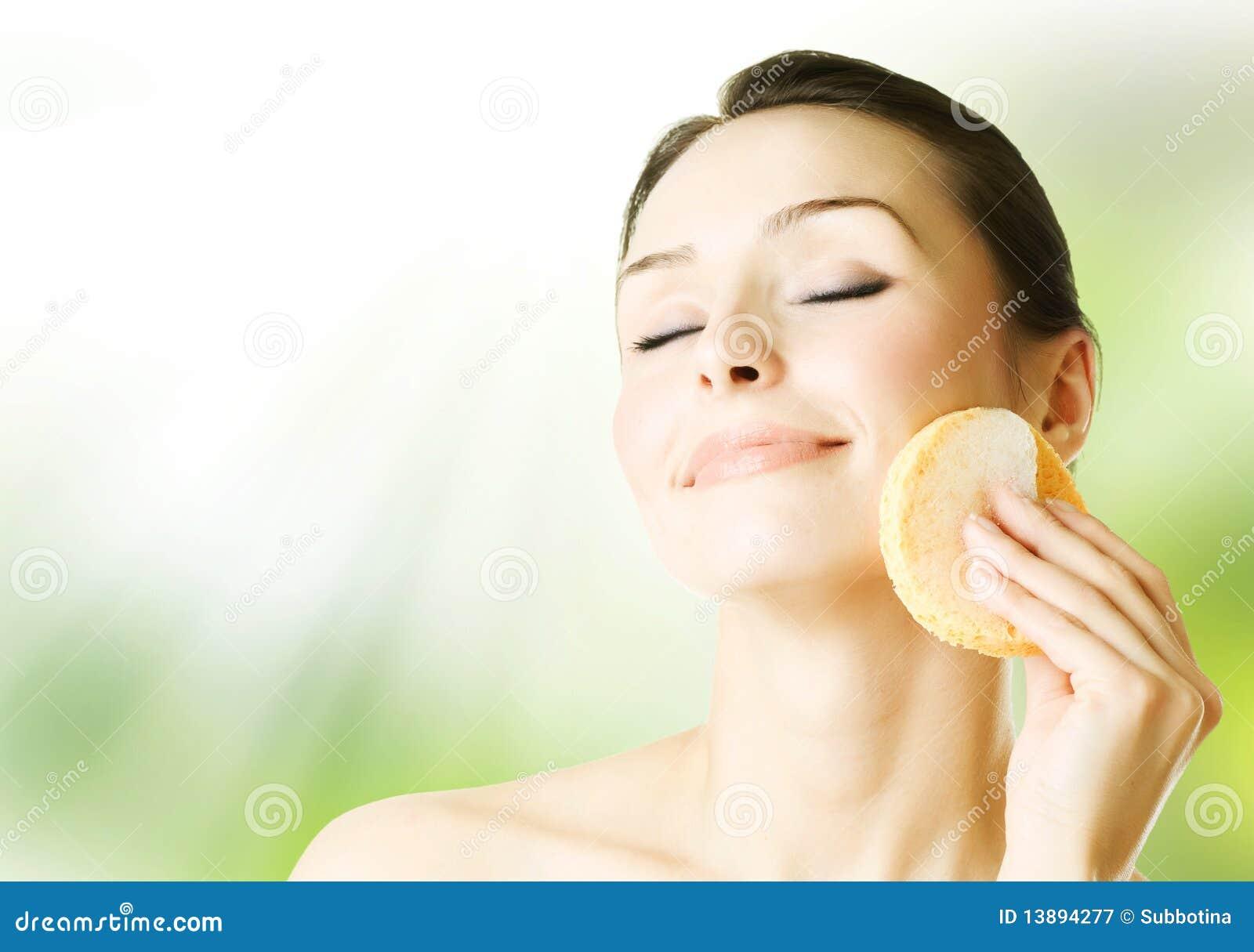 美丽面对她洗涤的妇女年轻人