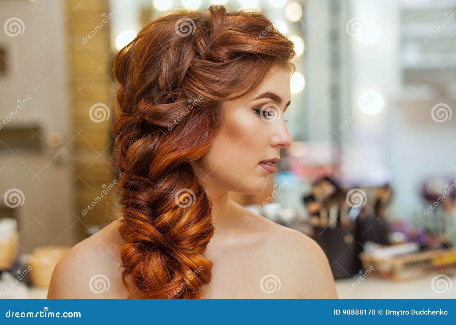 美丽,与长期,红发长毛的女孩,美发师编织法国辫子,在美容院
