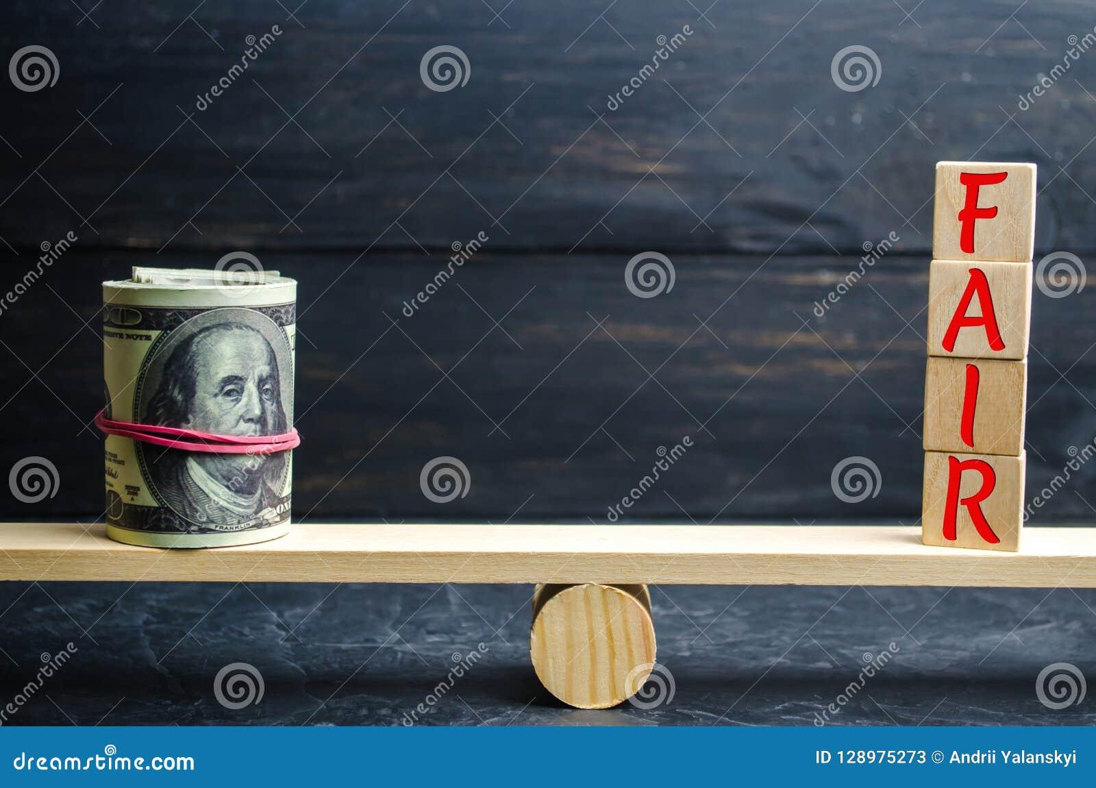 美元和题字`公平的`在木块 平衡 公平价值定价,金钱债务 公平交易 合理的价格 Justifi