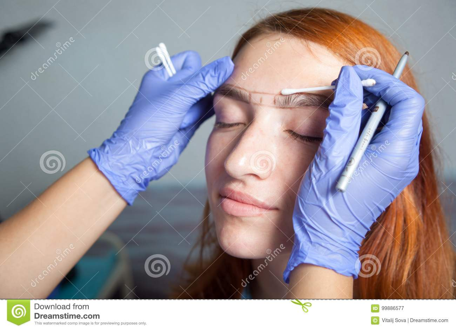 美发师做眼眉