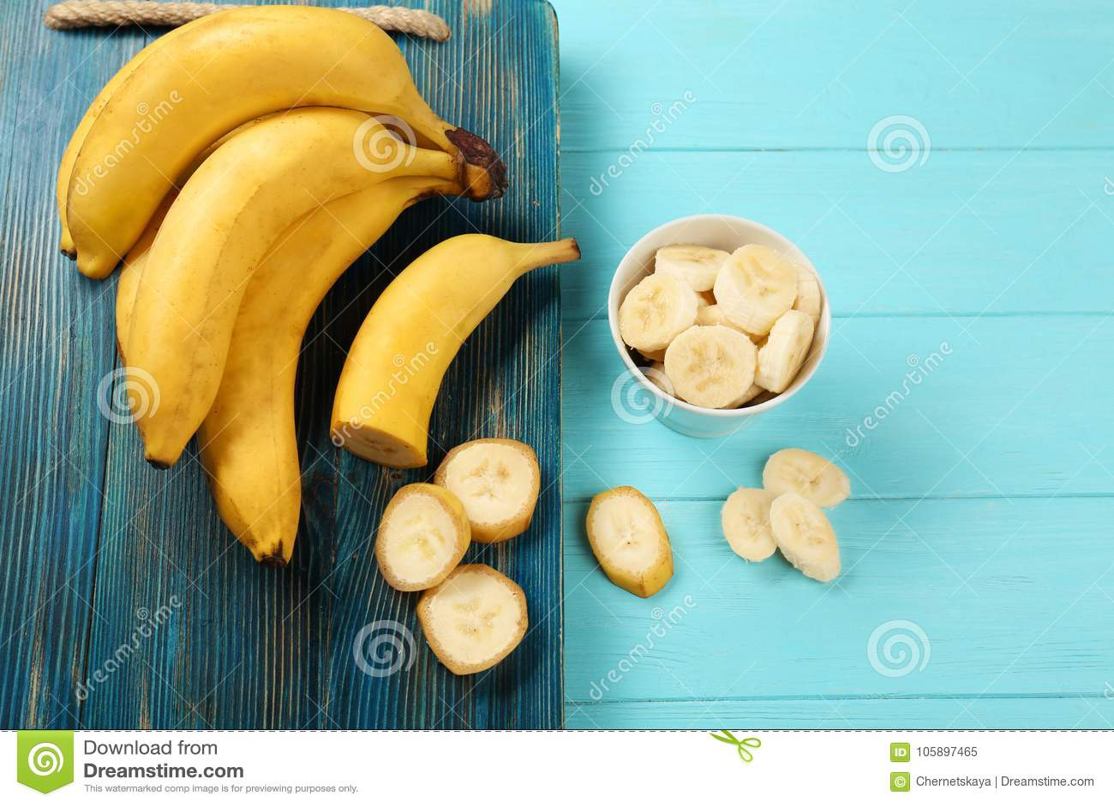 美味的香蕉和碗有切片的