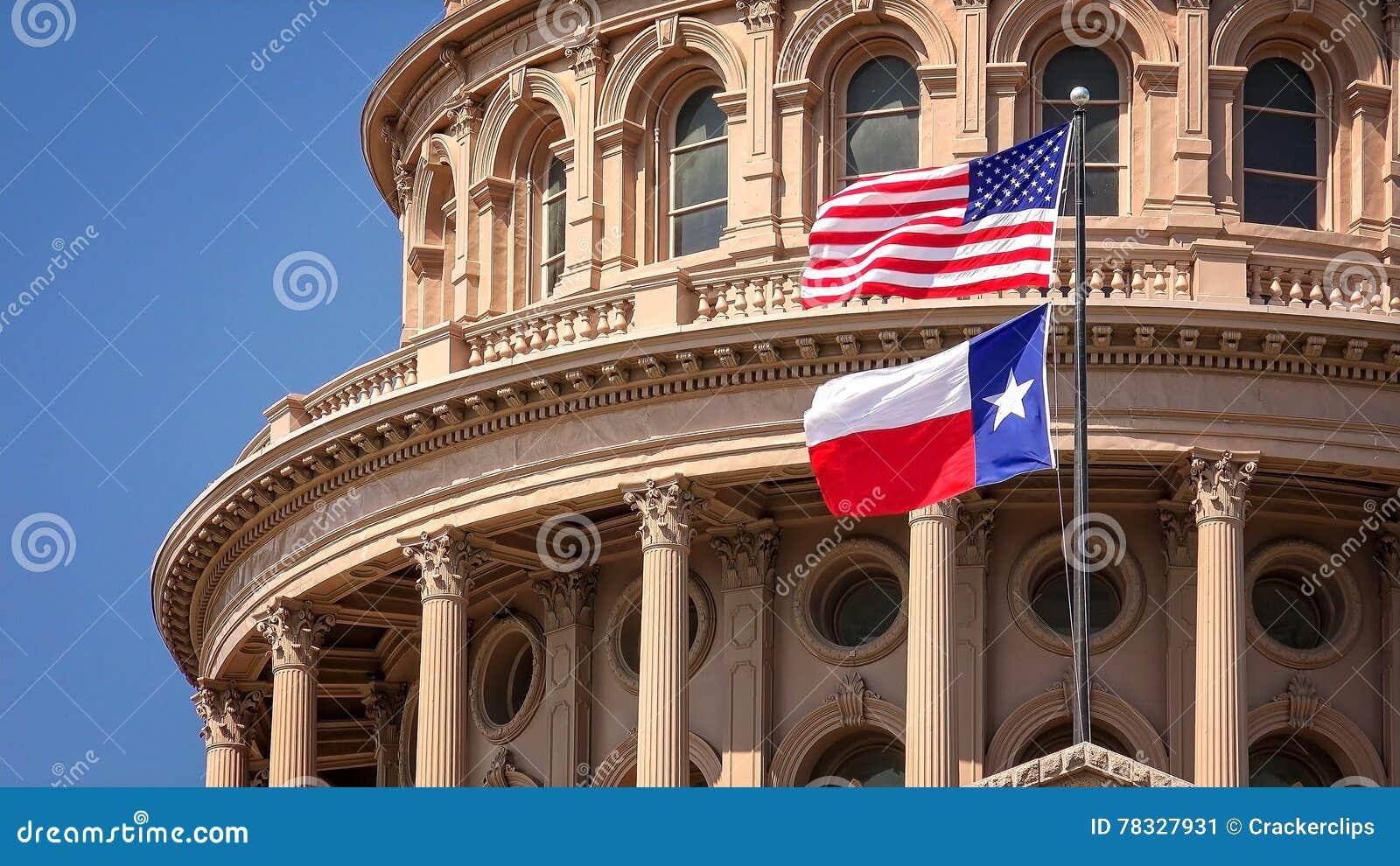 美国人和飞行在得克萨斯状态国会大厦大厦的得克萨斯旗子在奥斯汀