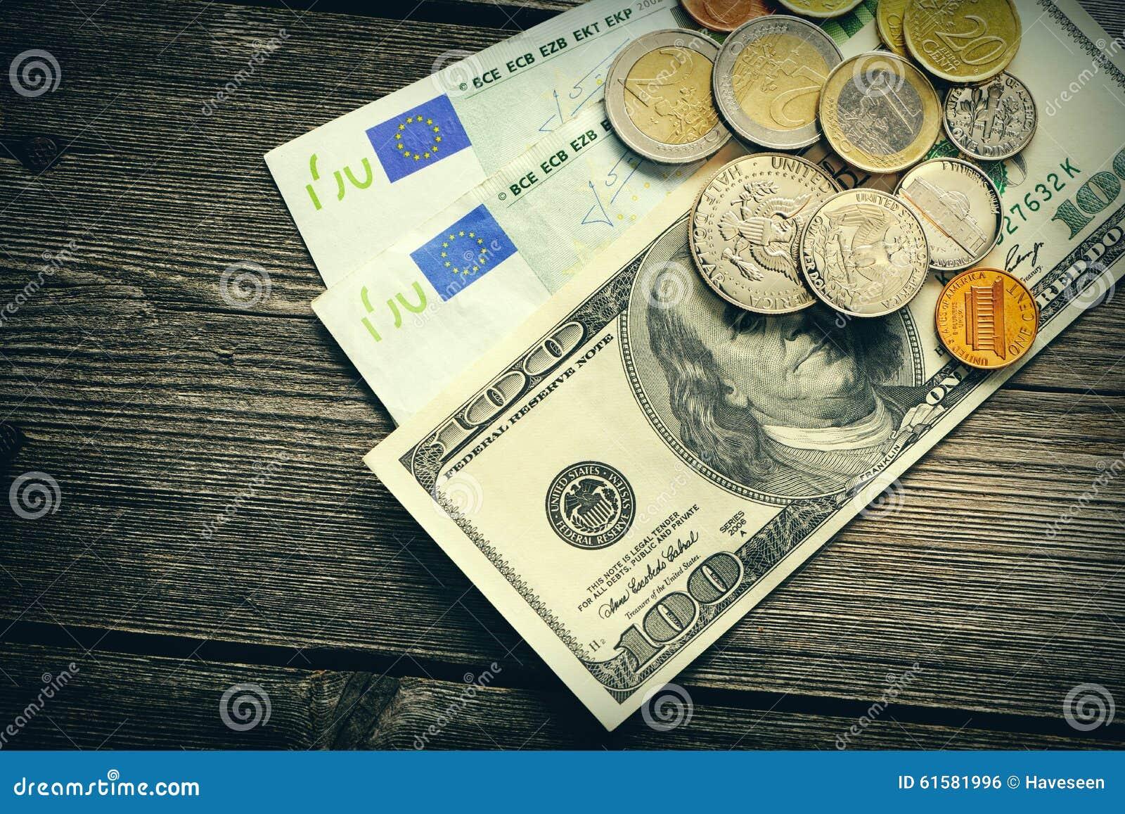 美国和欧洲金钱在木背景