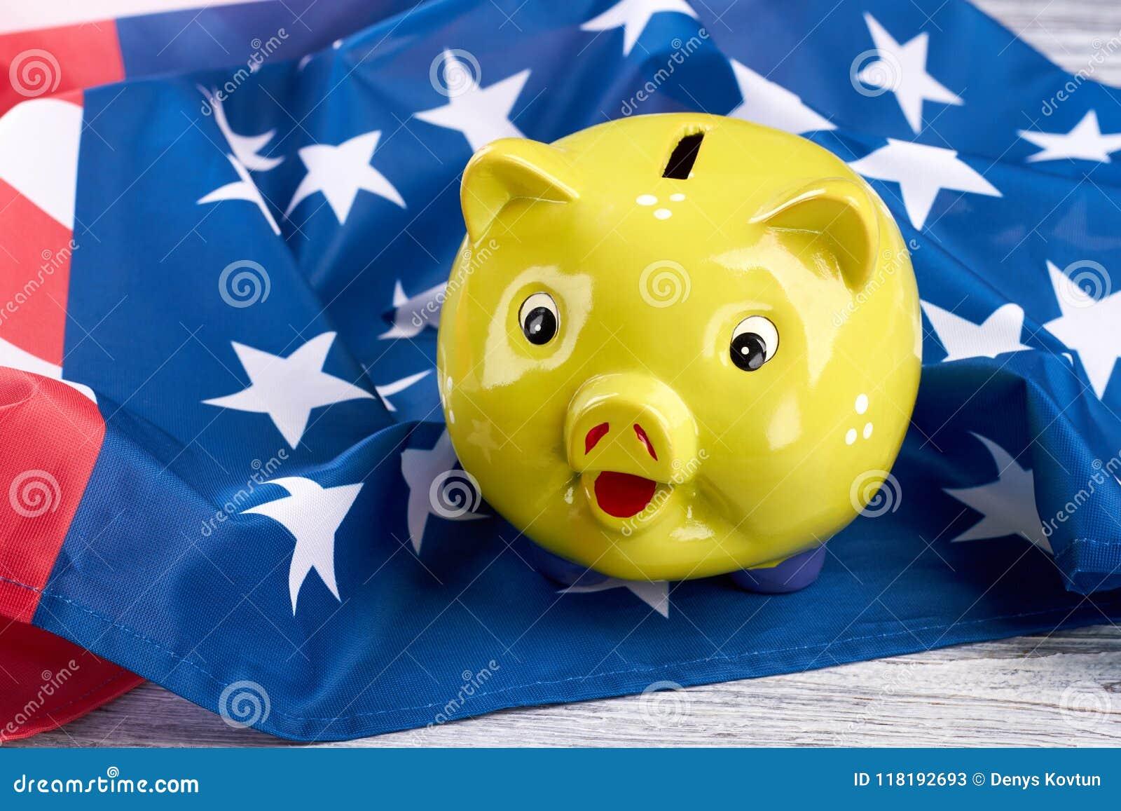 美国国旗的黄色存钱罐
