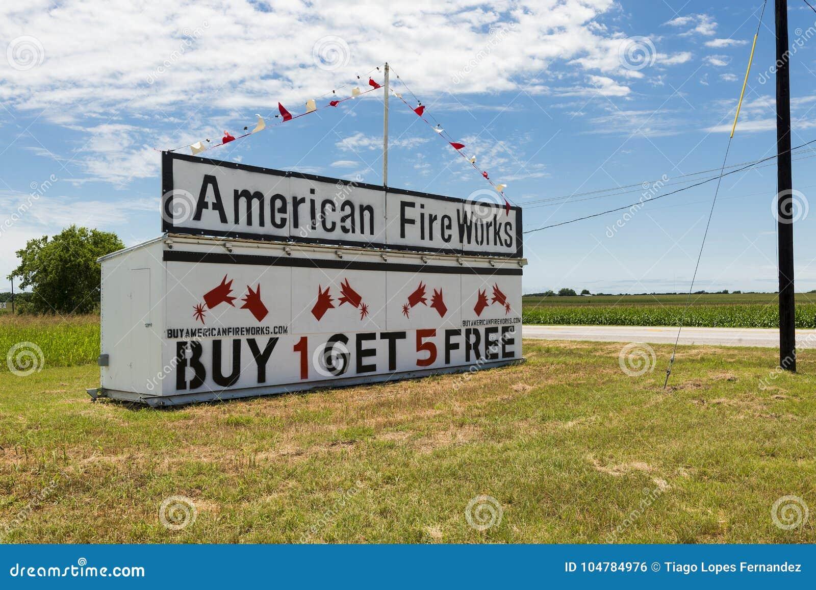 美国烟花沿一条乡下公路增加在农村得克萨斯
