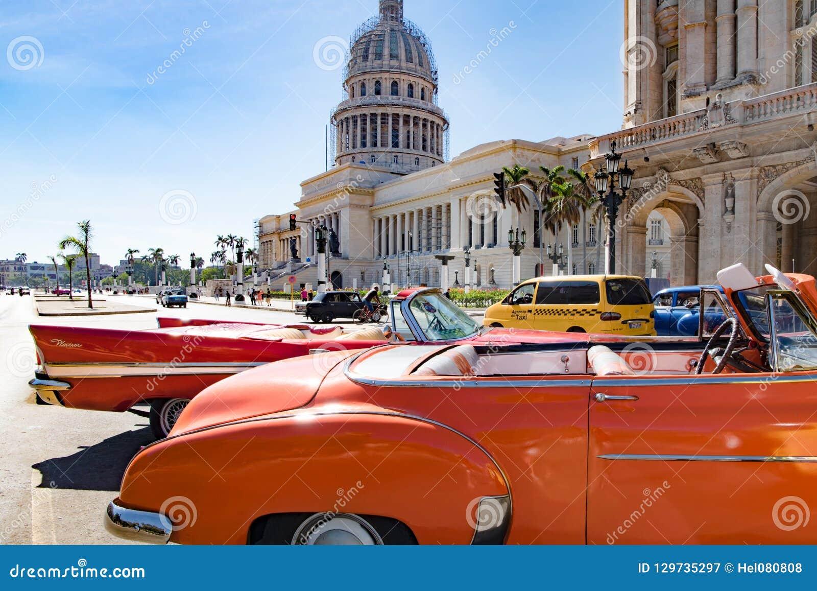 美国经典汽车橙色防御者在Capitolio,哈瓦那,古巴前面的