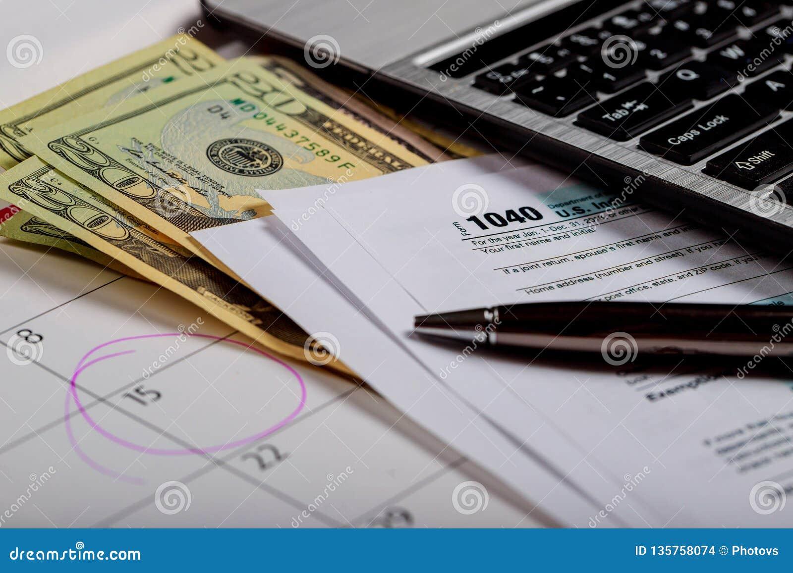美国联邦税务局报税表1040和日历 U S美元顶面veiw,有选择性的软的焦点