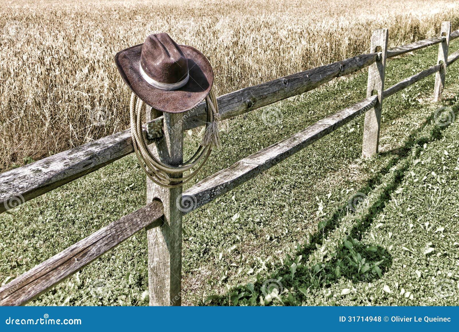 美国西部圈地牛仔帽和套索在篱芭
