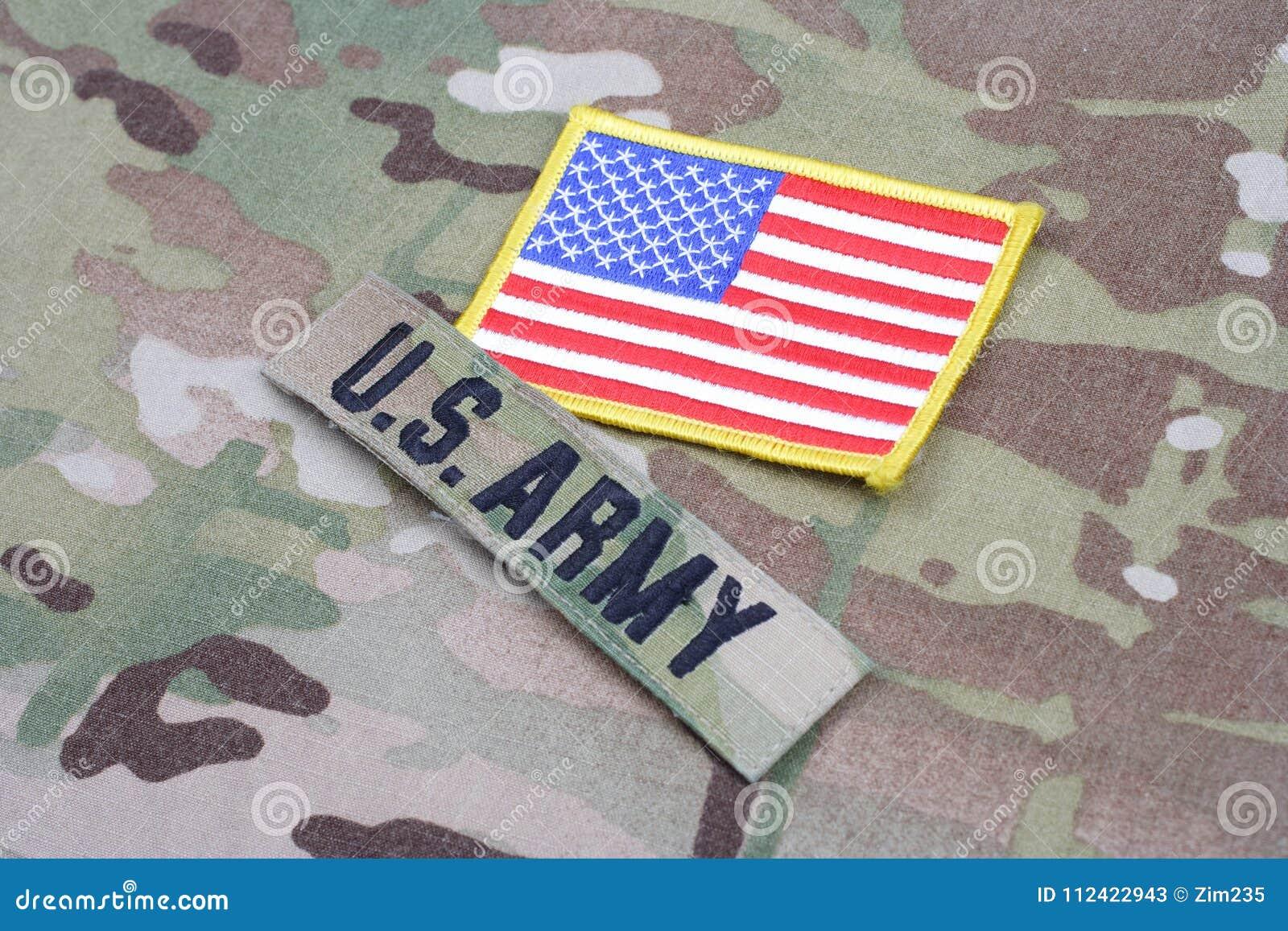 美国陆军有旗子补丁的分支磁带在伪装制服