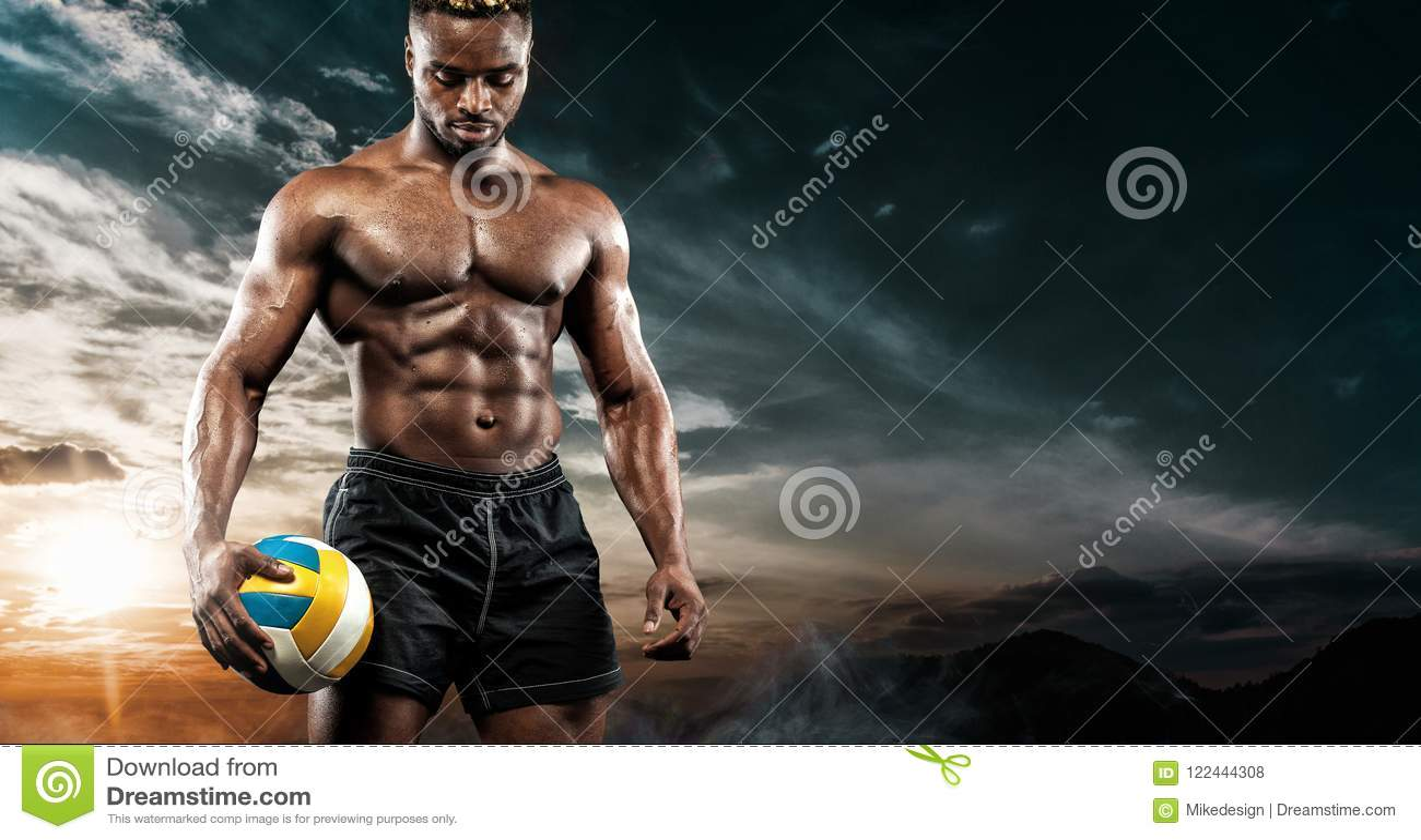 美国黑人的运动员,有一个球的沙滩排球球员画象在天空背景 适合的年轻人