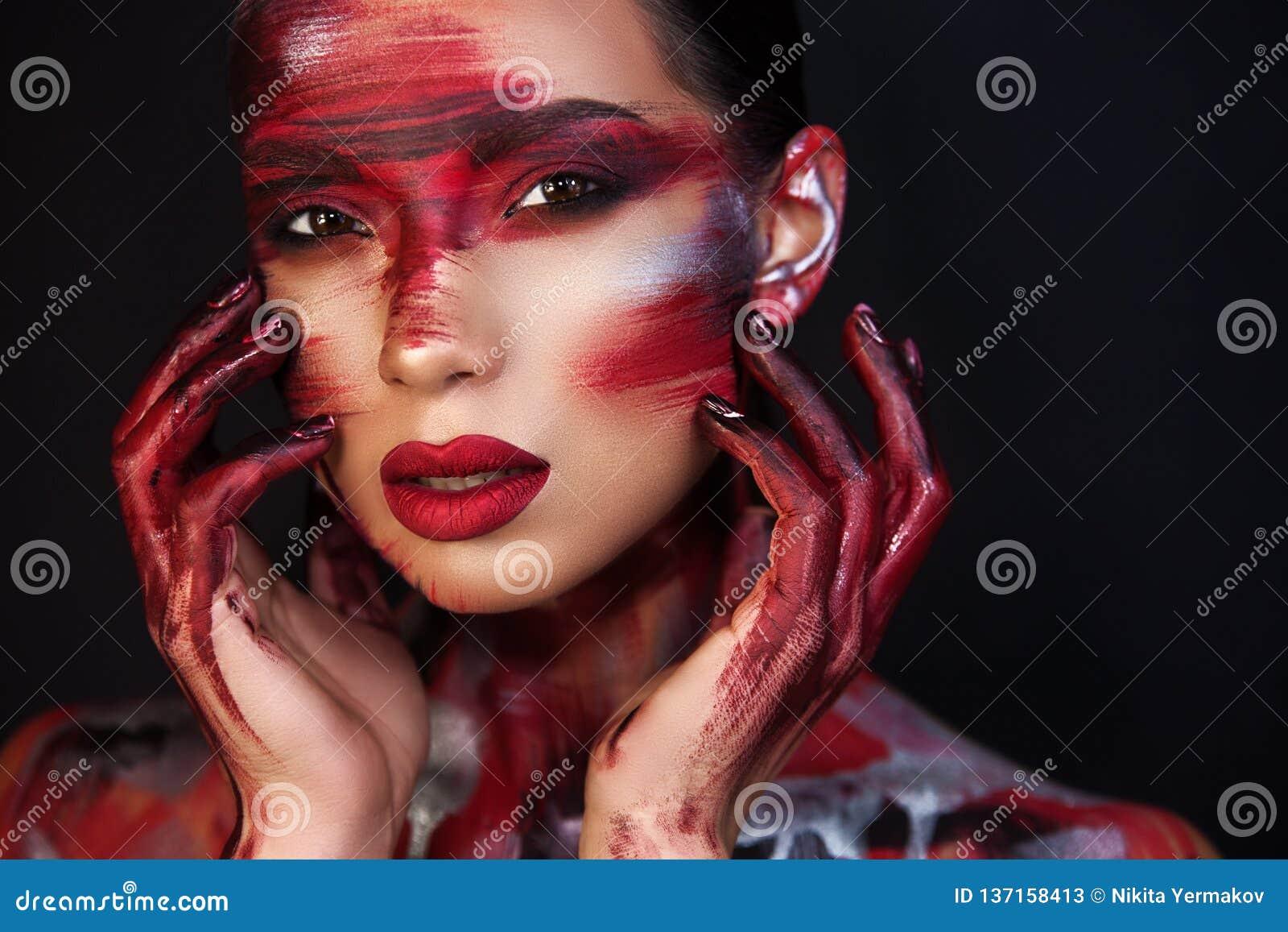 美女专业化妆师画象