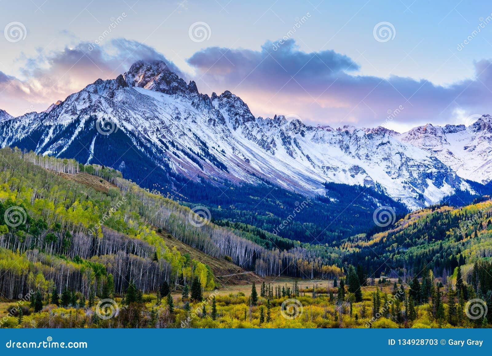 美好和五颜六色的科罗拉多落矶山脉秋天风景 Mt Sneffels在日出的圣胡安山