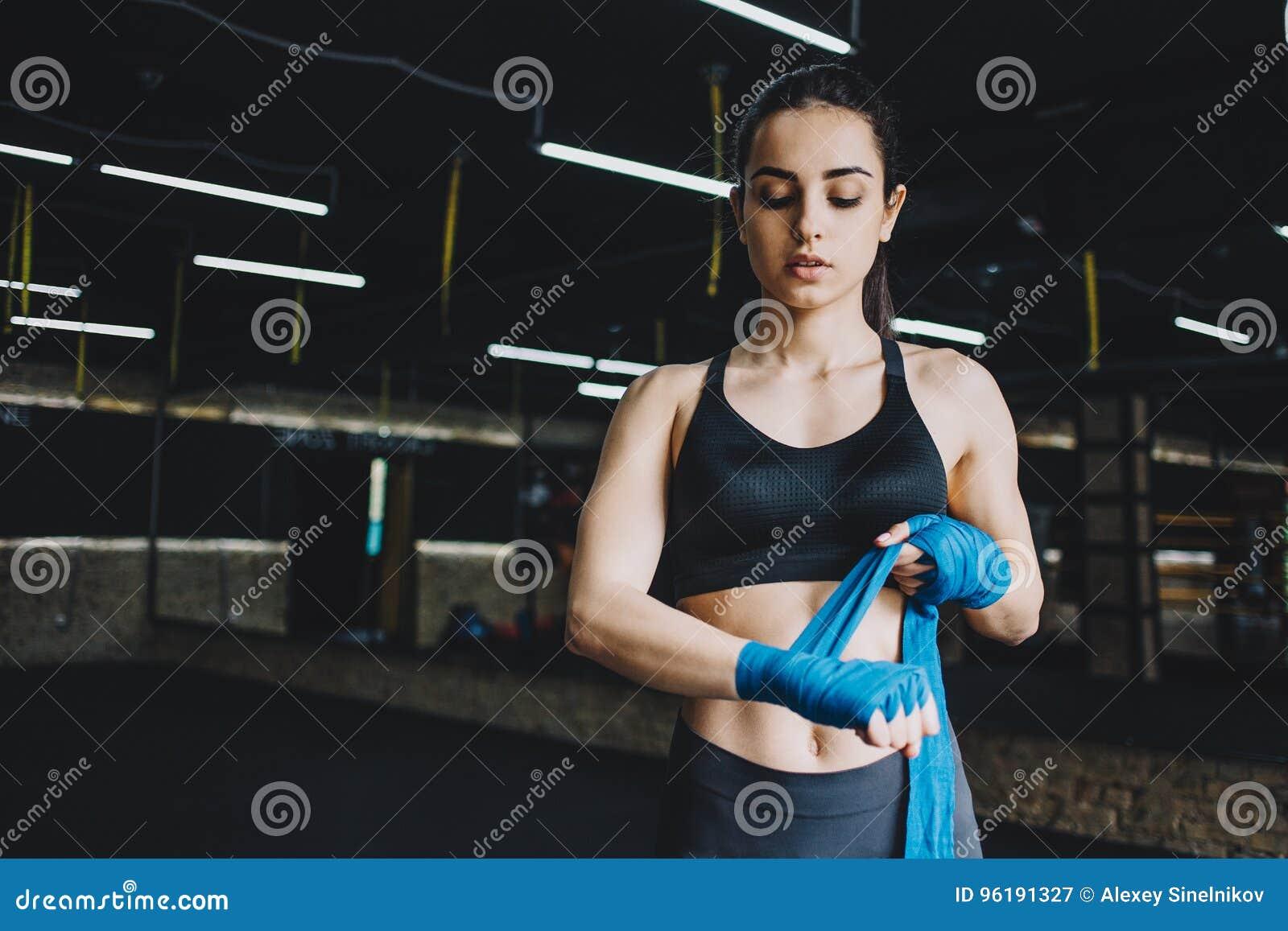 美好和适合女性战斗机得到为战斗或训练做准备