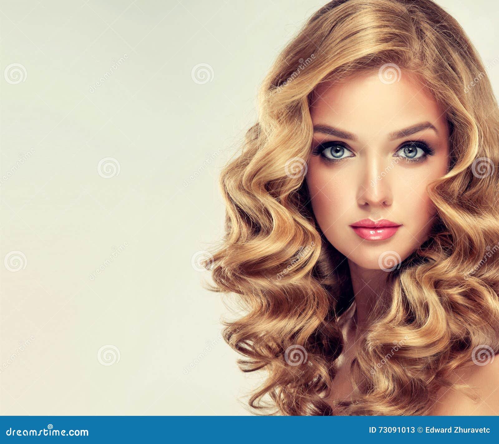 美好的典雅的女孩发型