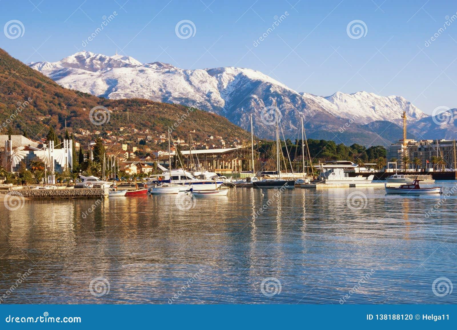 美好的冬天地中海风景 黑山,科托尔湾 多雪的Lovcen山和蒂瓦特市看法