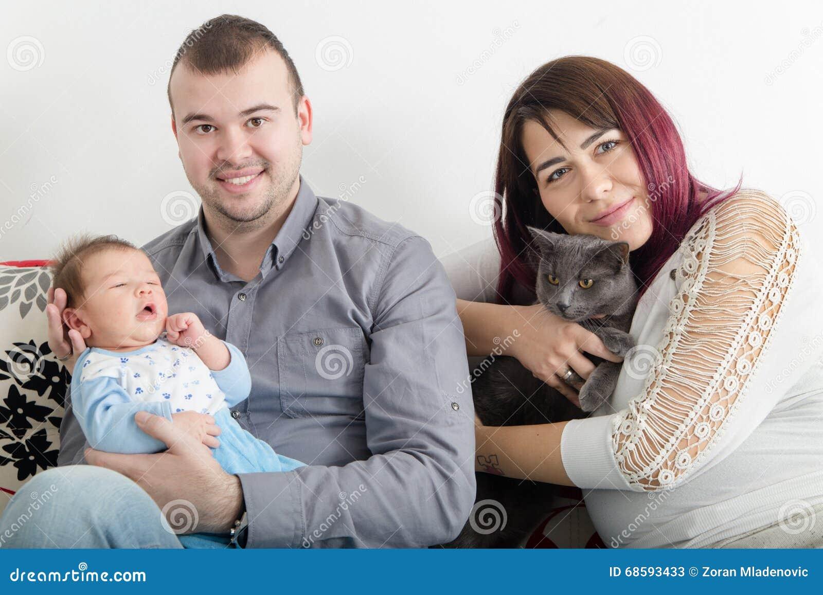 年轻美好的加上新的婴孩在家