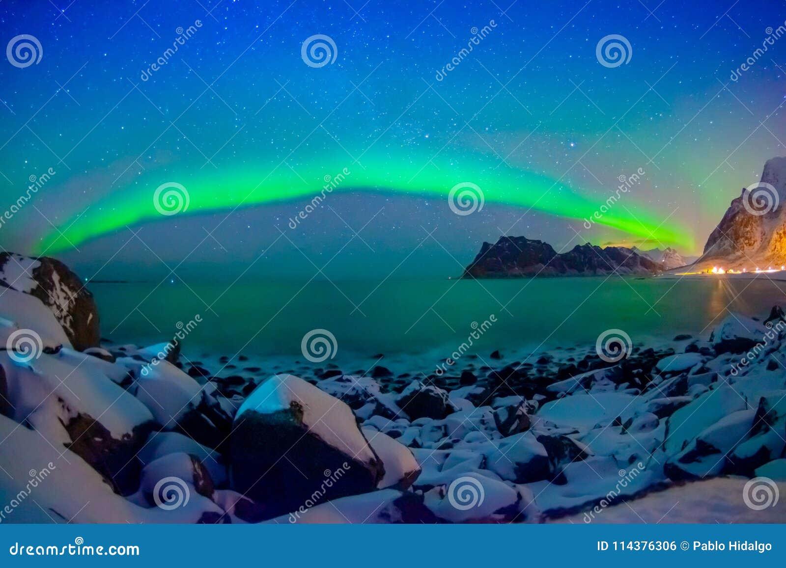 美好的多彩多姿的充满活力的极光Borealis或极光北极星室外看法,也知道作为在的北极光