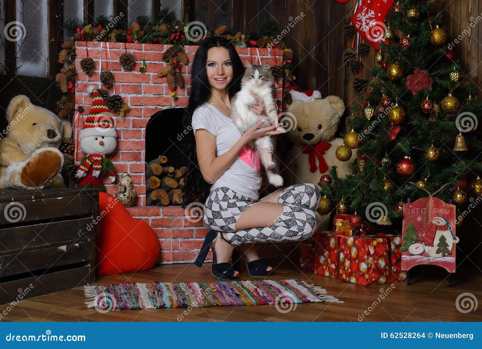 美好的女孩、猫和Ð ¡ hristmas树