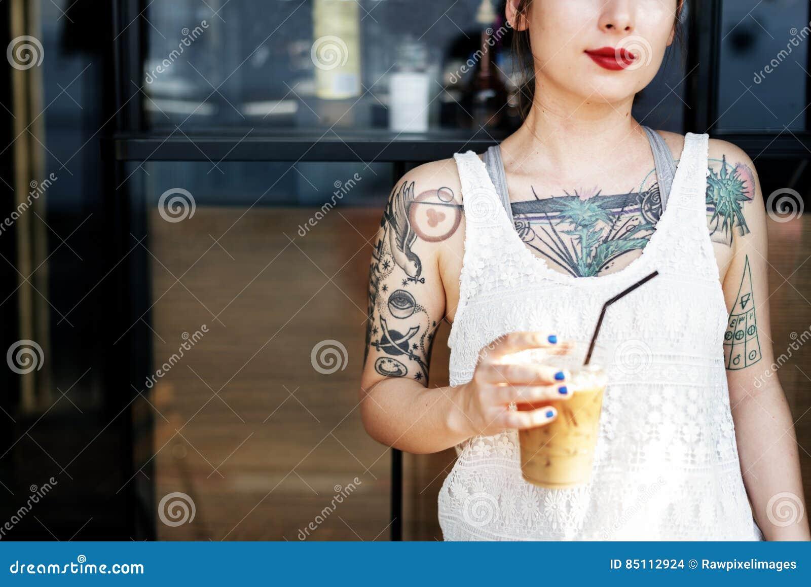 美好的女孩纹身花刺年轻少年镇静偶然概念
