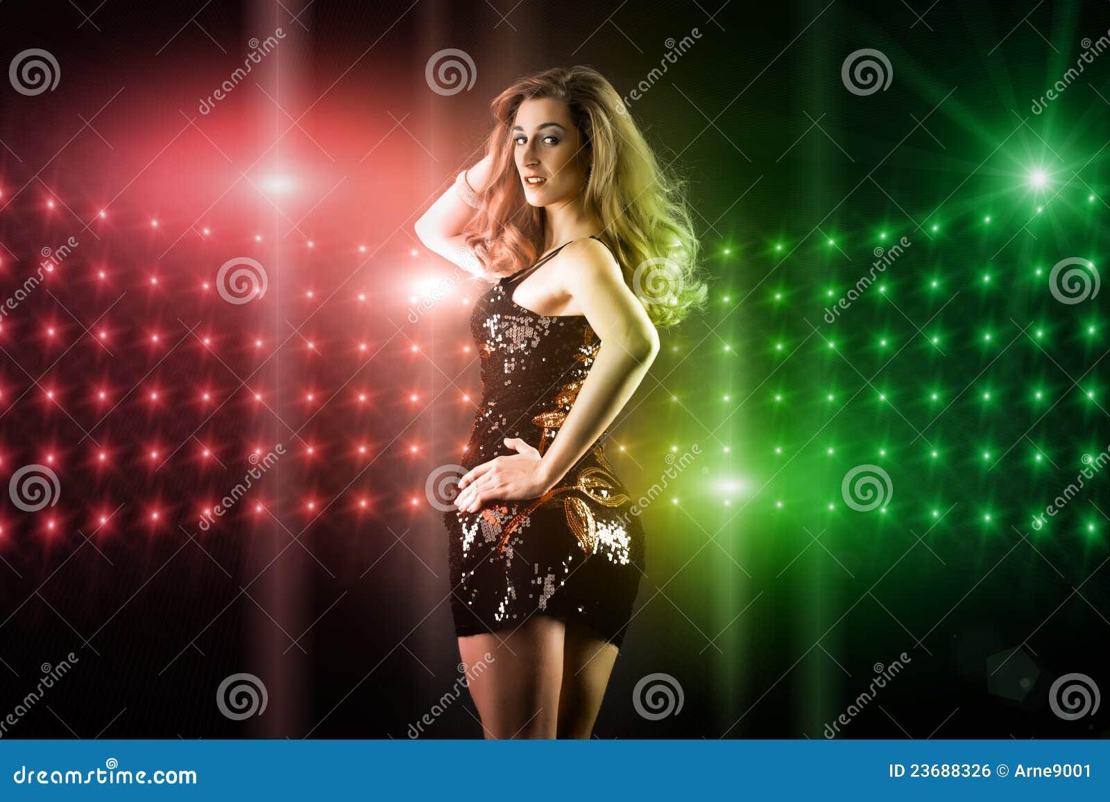 美好的女孩跳舞在俱乐部迪斯科