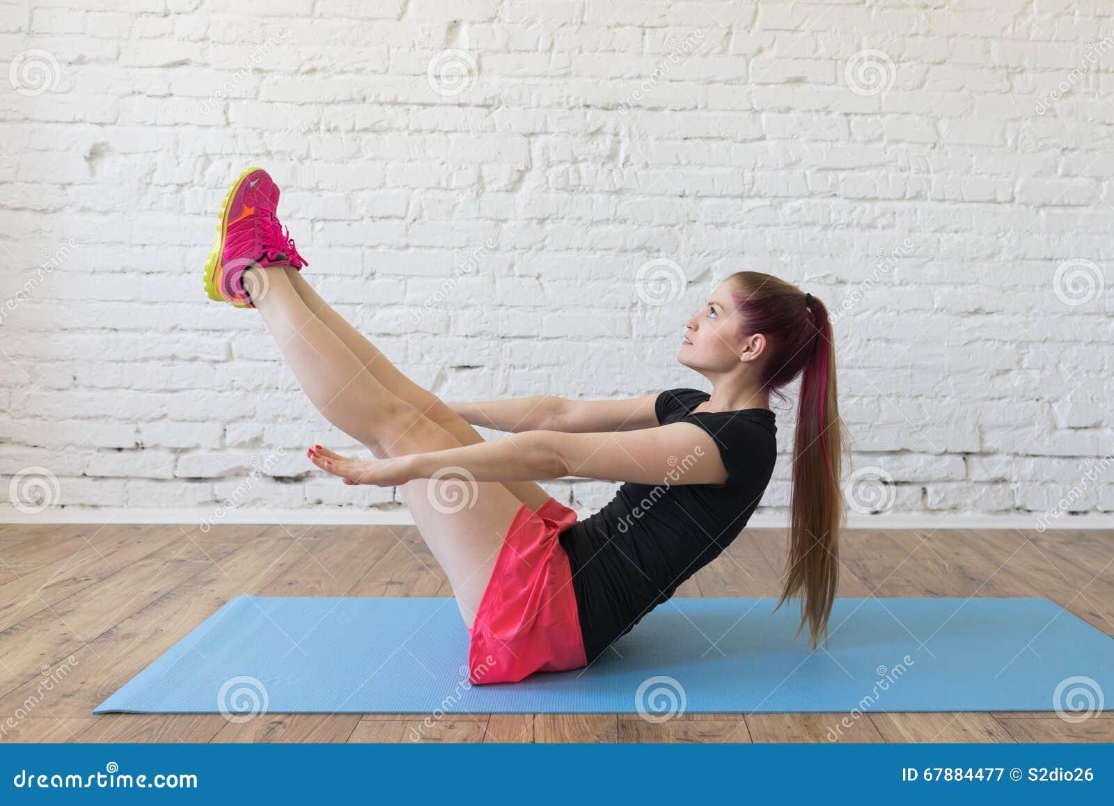 美好的女孩锻炼砖墙背景