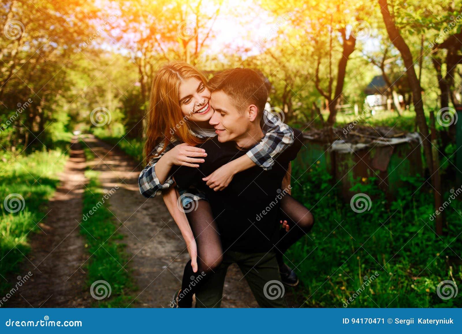 给美好的妇女肩扛的年轻人画象
