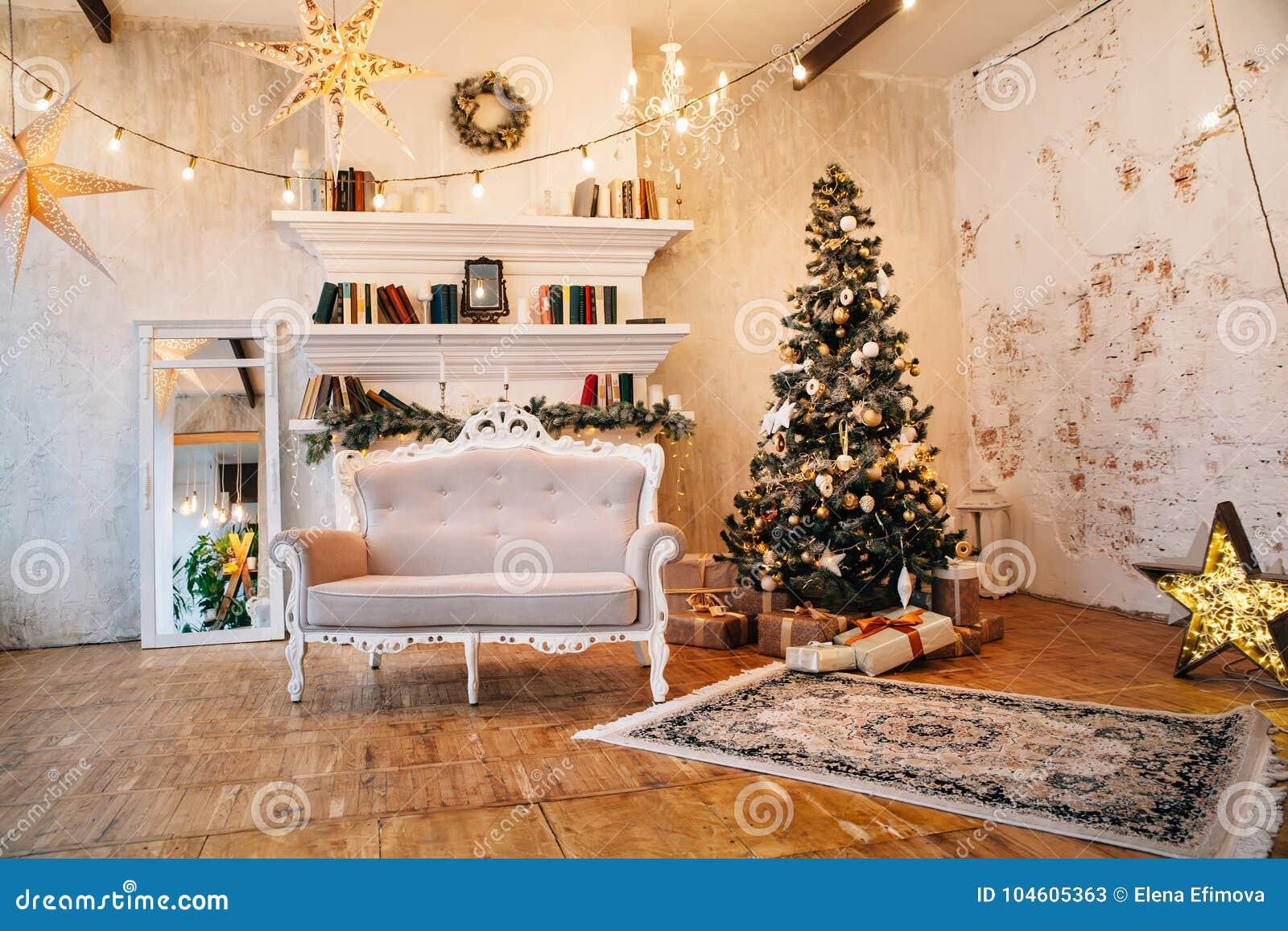 美好的室内部有圣诞节装饰的