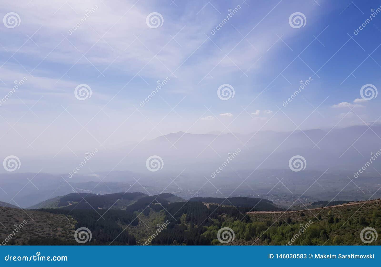 美好的山风景、小丘陵和山