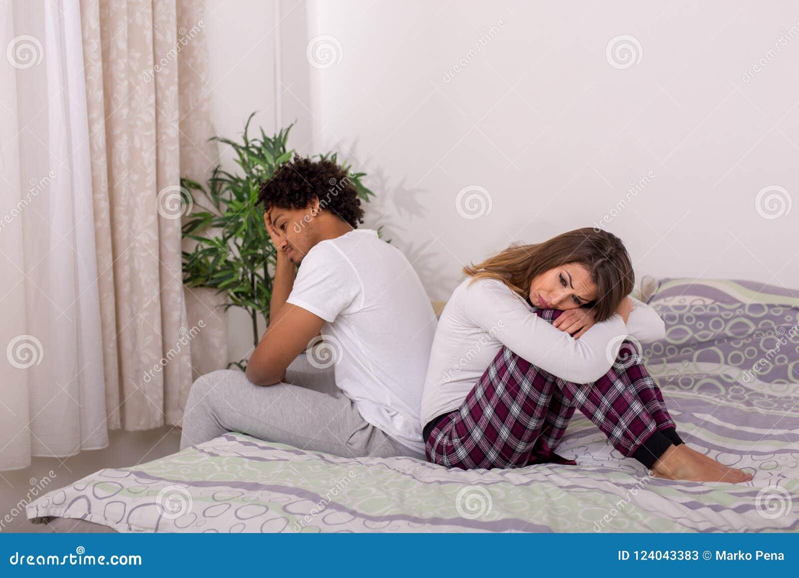 美好的年轻夫妇恼怒对彼此在床上
