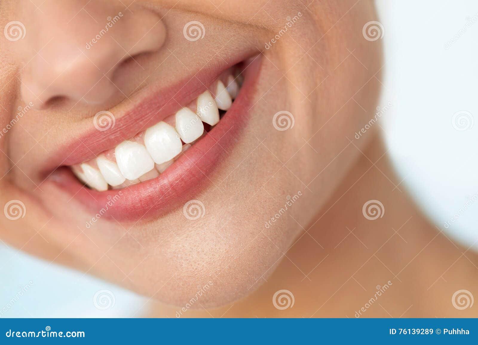美好的微笑特写镜头与白色牙的 妇女嘴微笑
