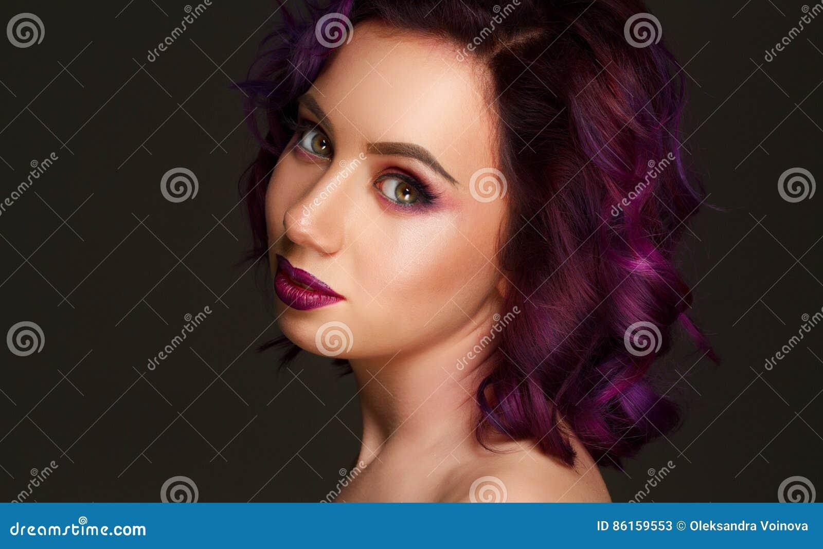 美好的性感的时装模特儿画象与紫色头发的在g