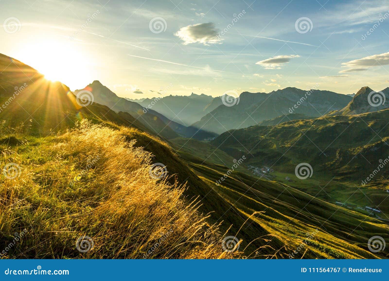 美好的日出和层状山剪影在清早 Lechtal和Allgau阿尔卑斯、巴伐利亚和奥地利