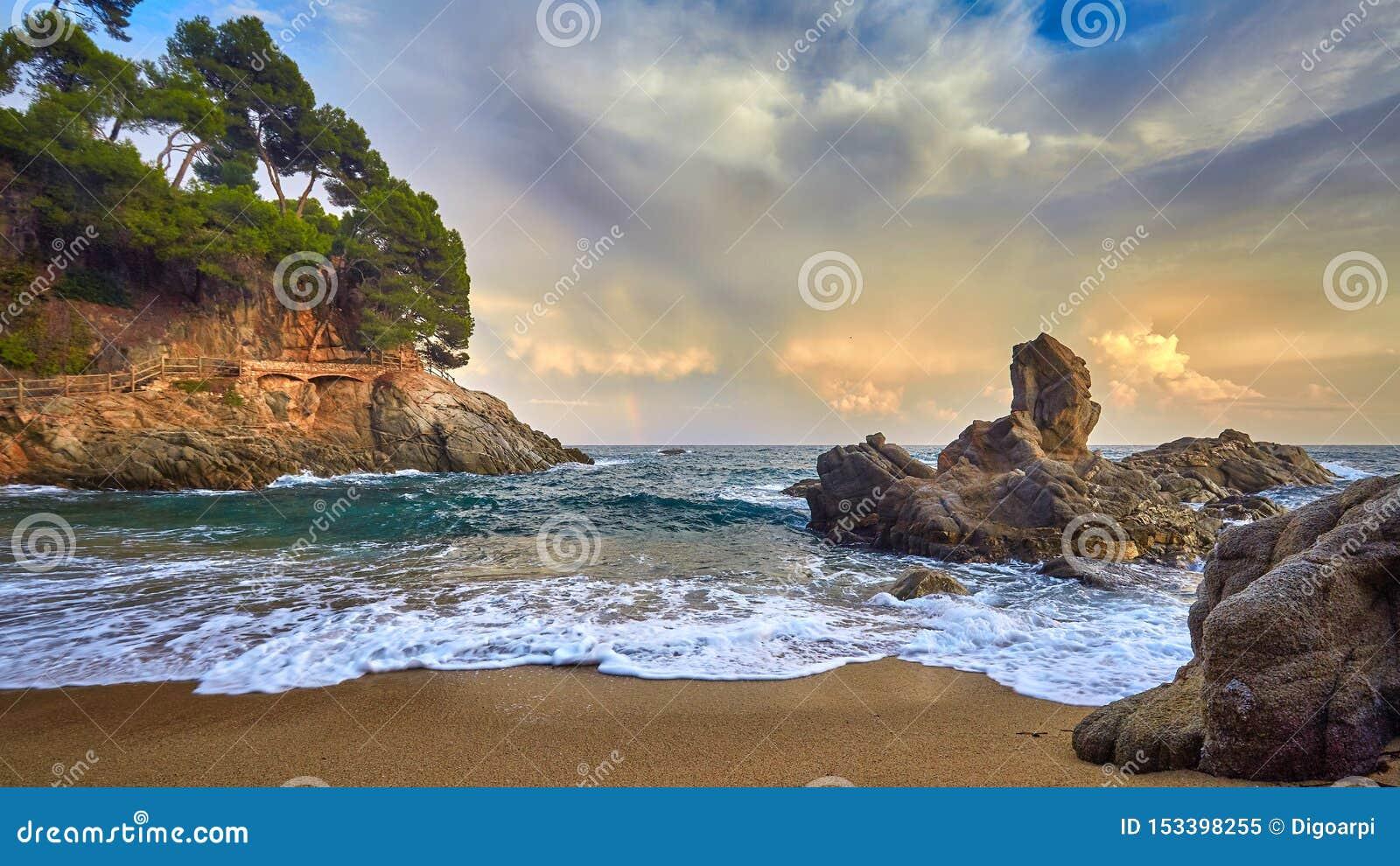 美好的日落光在西班牙的布拉瓦海岸,在镇帕拉莫斯附近