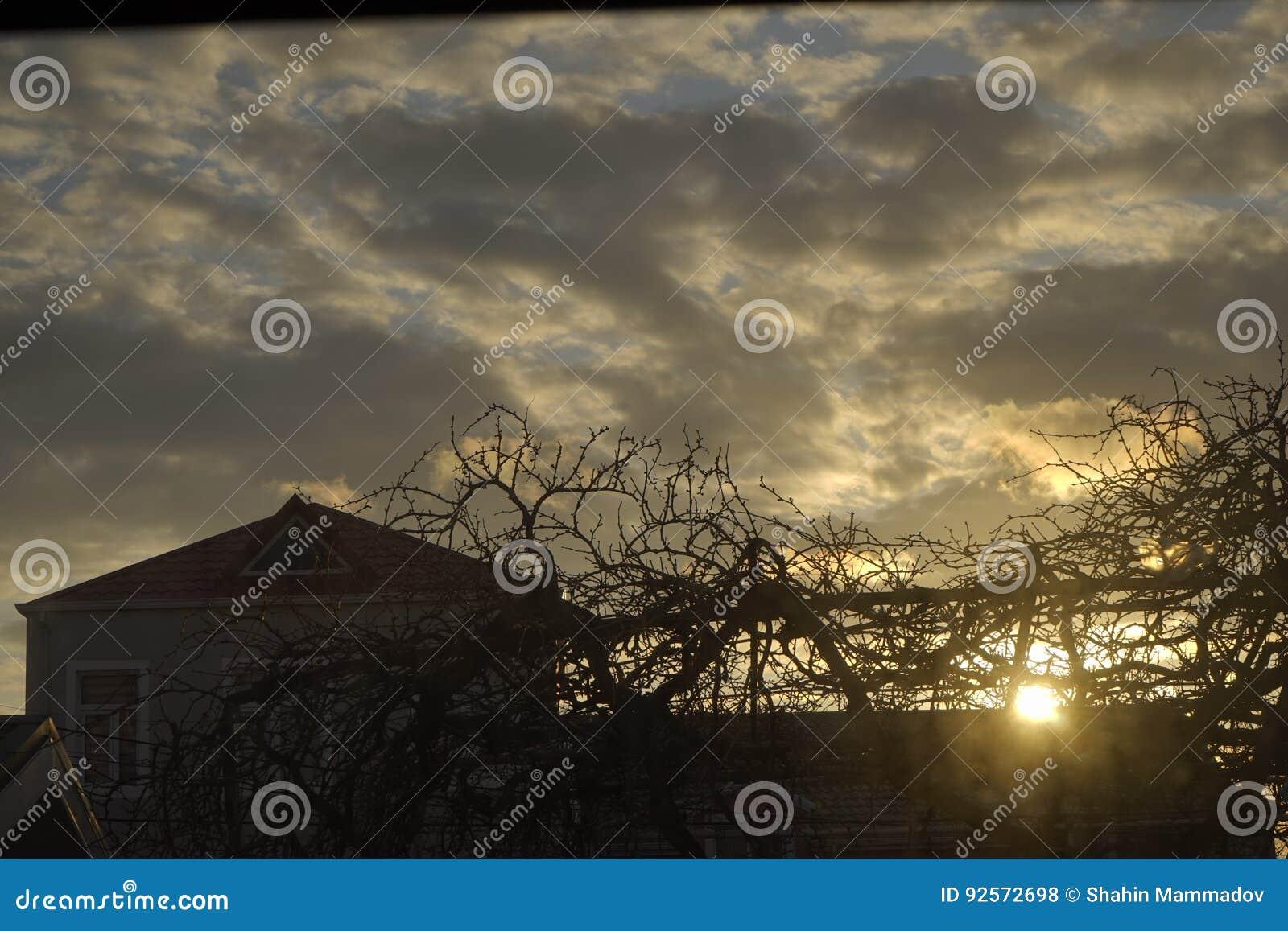 美好的日落和城市,镇橙色云彩,