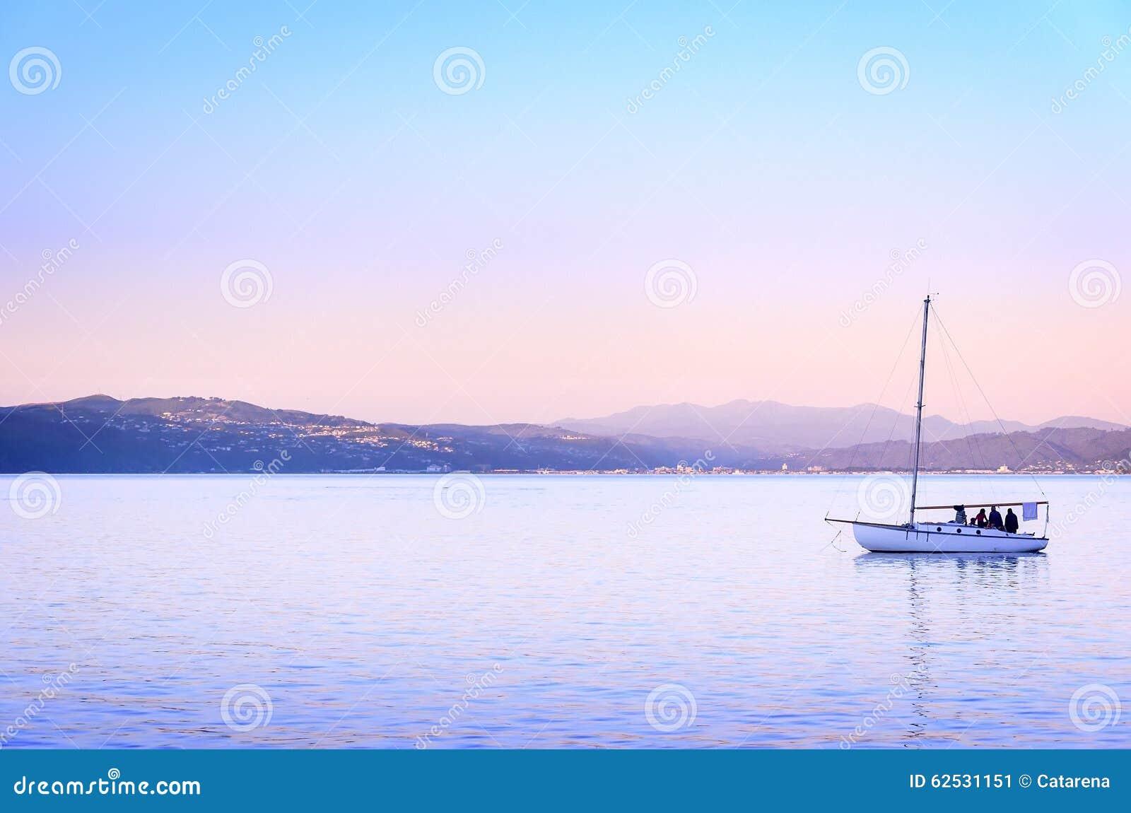 美好的日落和游艇在海洋