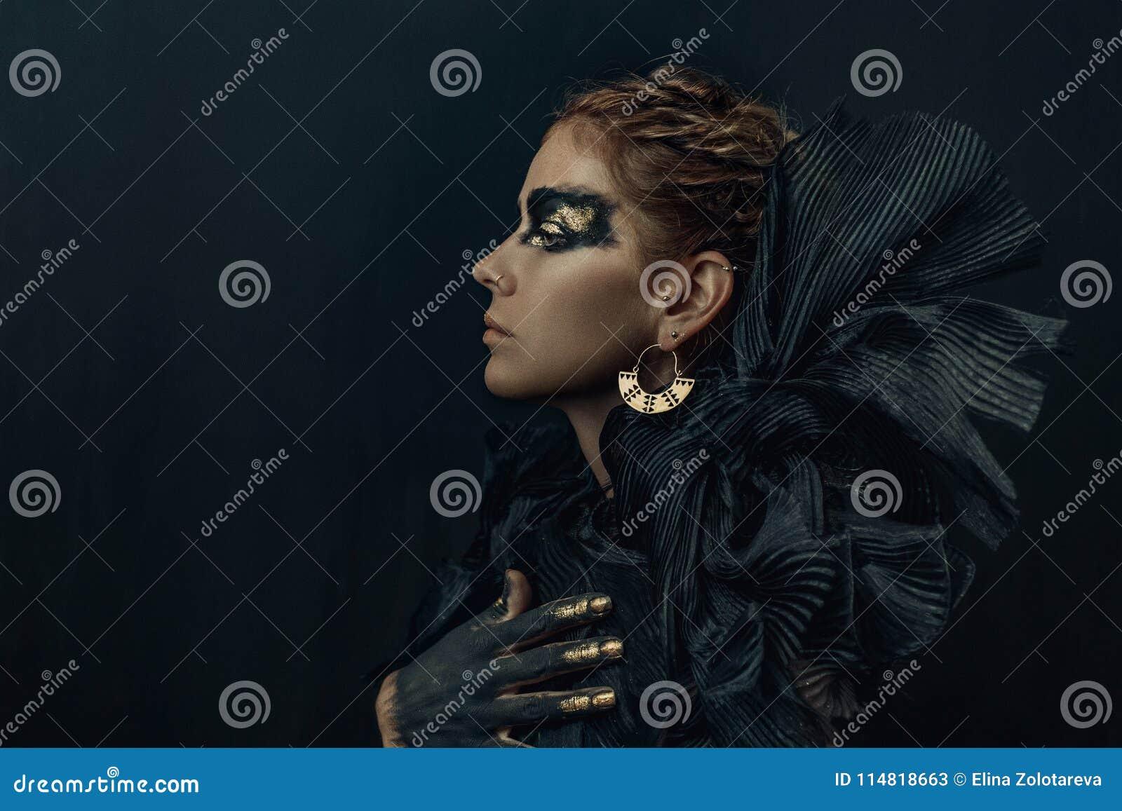 美好的时尚神色妇女黑暗概念性画象组成