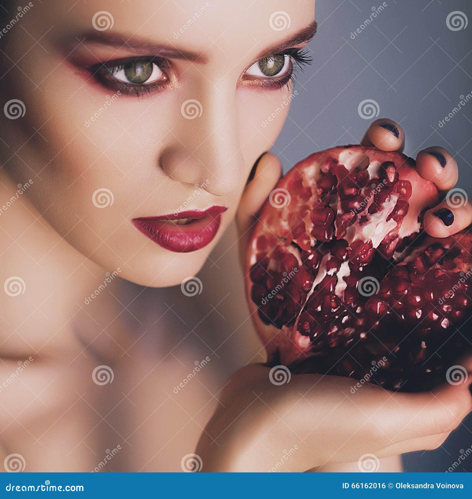 美好的时装模特儿画象与石榴石的在手上