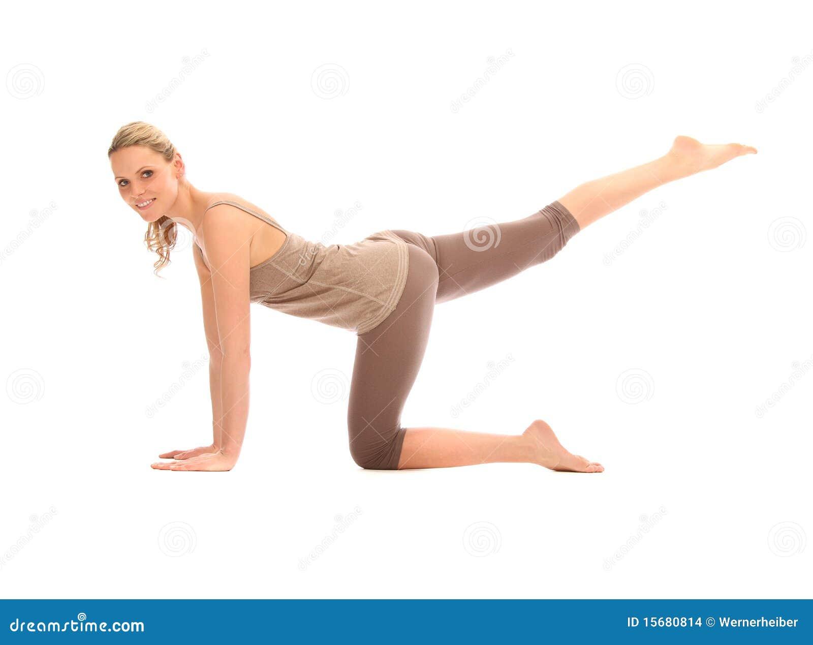 美好的白肤金发的执行的女子瑜伽