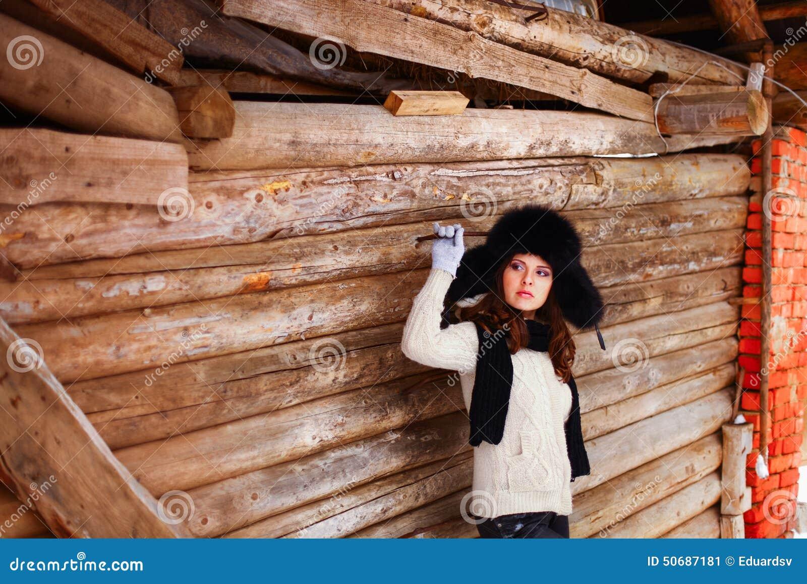 Download 美好的秀丽注视构成自然本质纵向妇女 库存图片. 图片 包括有 冬天, 农村, 女性, 森林, 村庄, 日志 - 50687181