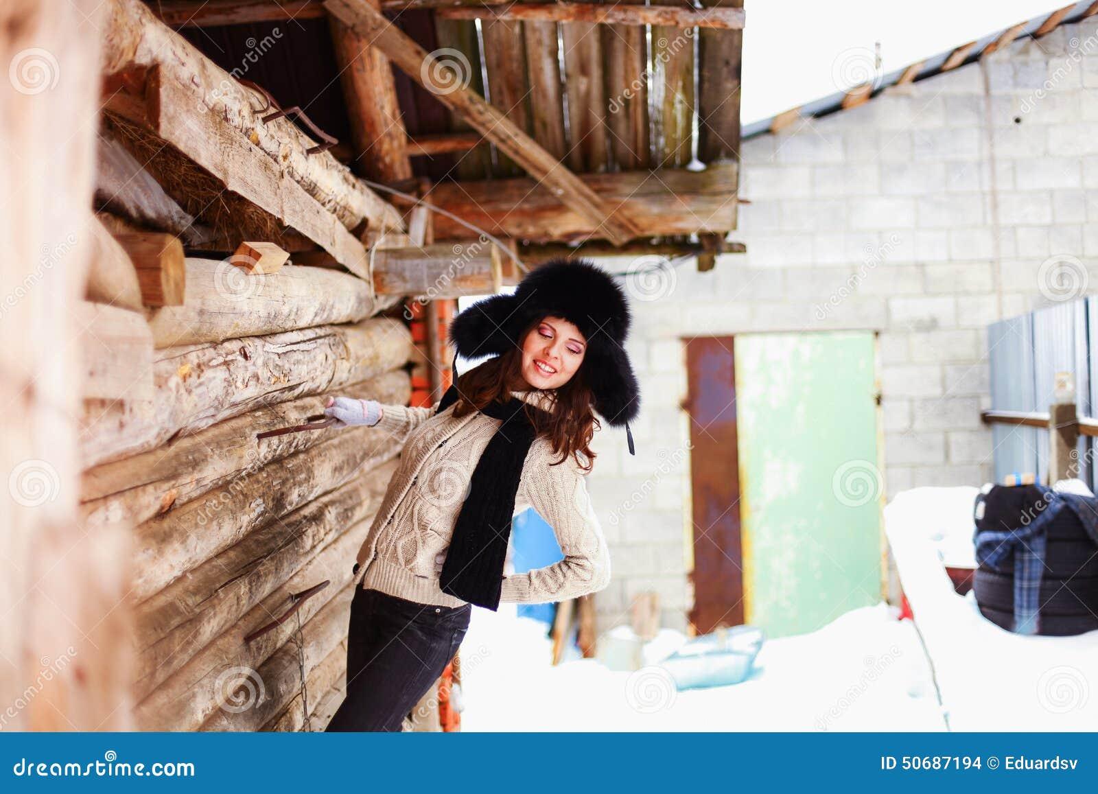 Download 美好的秀丽注视构成自然本质纵向妇女 库存照片. 图片 包括有 冬天, 户外, 农村, 幸福, 日志, 纵向 - 50687194