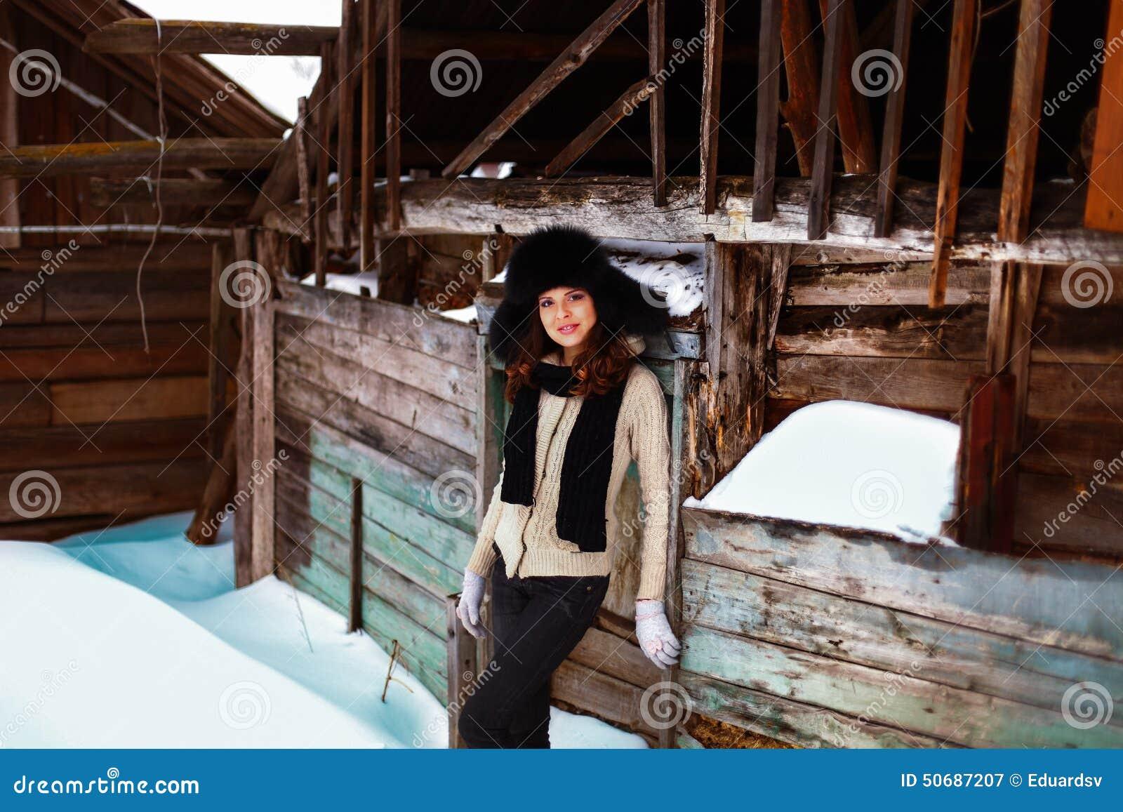 Download 美好的秀丽注视构成自然本质纵向妇女 库存图片. 图片 包括有 人员, 冬天, 农村, 乐趣, 方式, 查找 - 50687207