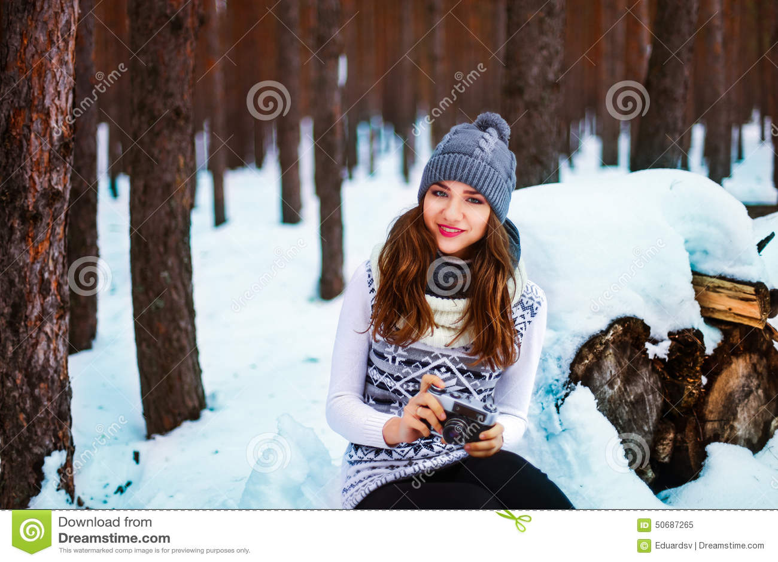 Download 美好的秀丽注视构成自然本质纵向妇女 库存图片. 图片 包括有 喜悦, 场面, 废墟, 帽子, 森林, 日志 - 50687265