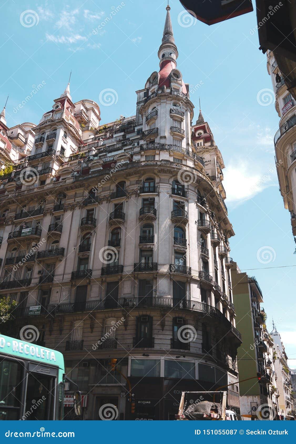 美好的街道视图和大厦在布宜诺斯艾利斯