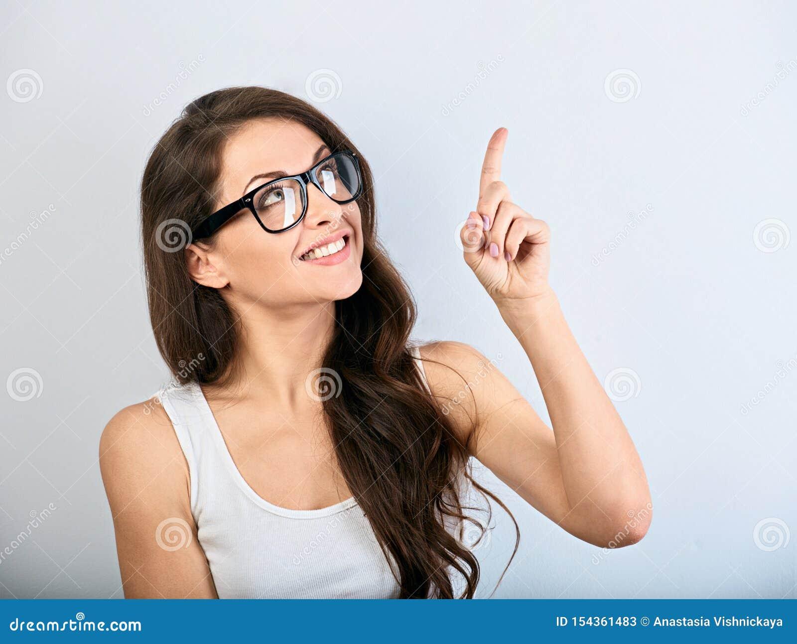 美好的镜片的企业激动的偶然妇女指向手指的与暴牙微笑 r